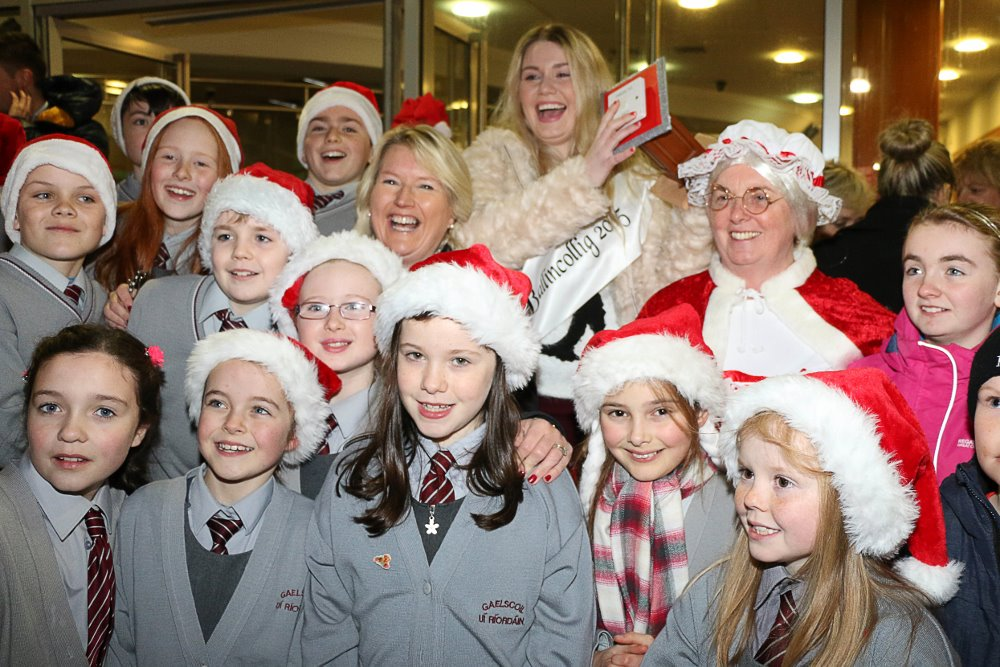 Emer Cassidy, Chairman of Ballincollig Business Association, Lousie Maxwell, Belle of Ballincollig and Mrs Claus joined by students of Gaelscoil Ui Riordain to officially switch on the christmas Lights in Ballincollig Picture: Ailish Murphy