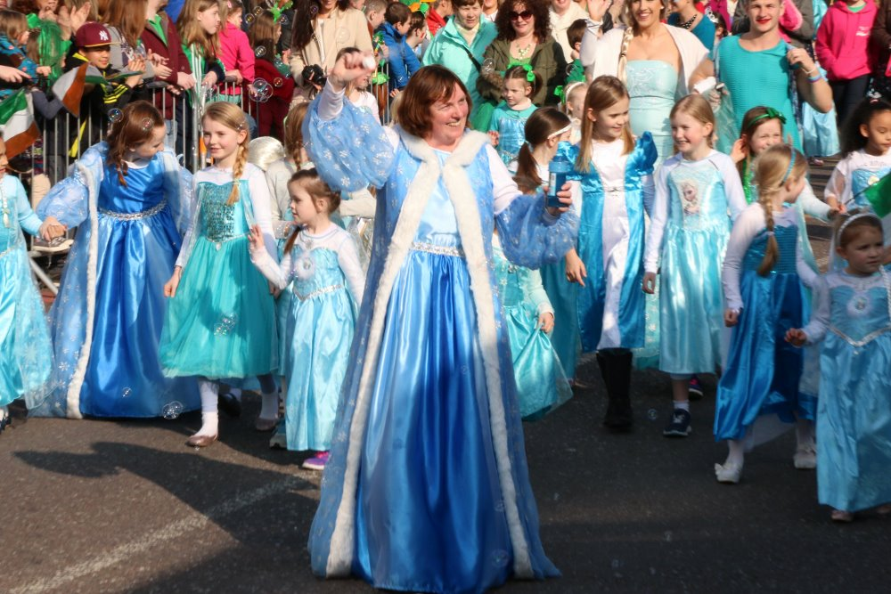 17-03-15 REPRO FREE  The world record officially broken by Ballincollig for gathering the most Elsa's in one place at 771 Elsa characters Picture: Ailish Murphy